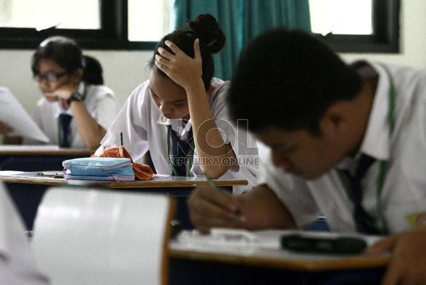 Sejumal siswa mengikuti ujian sekolah (ilustrasi)