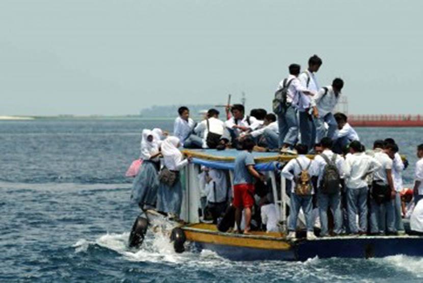 Sejumlah siswa sekolah naik di atas perahu pulang ke pulau di Kepulauan Seribu dari Dermaga Pulau Pramuka, Jakarta, Jumat (17/2). (Republika/Wihdan Hidayat).