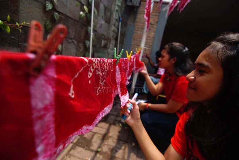 Sejumlah siswa-siswi SMP Masudirini mengikuti proses membatik di Museum Tekstil, Jakarta Barat, Kamis (2/10). (Republika/Raisan Al Farisi)