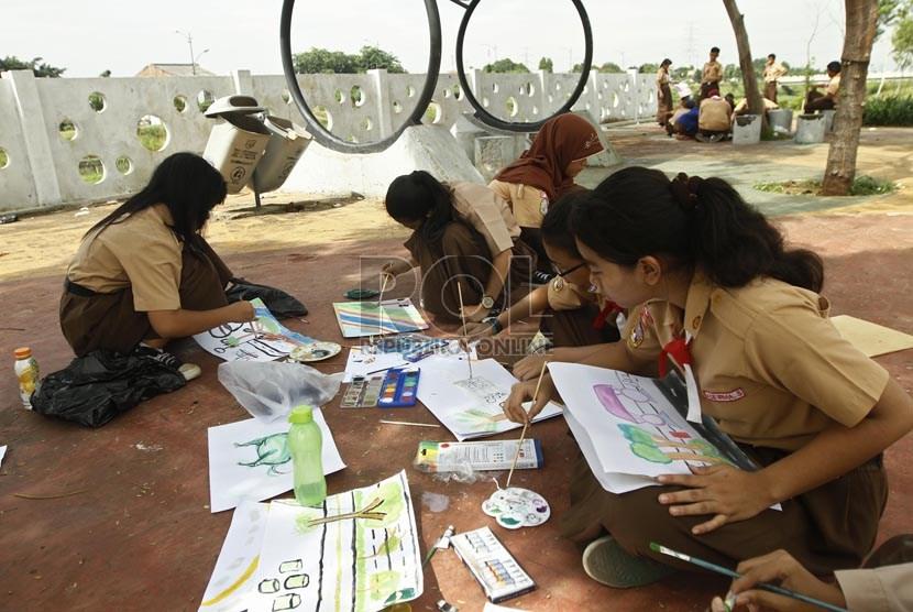 Sejumlah siswa SMPN 195 Duren Sawit melakukan kegiatan belajar di sekitar Kanal Banjir Timur, Jakarta Timur, Rabu (6/2).  (Republik/Adhi Wicaksono)