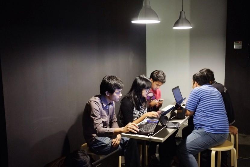 Sejumlah siswa tengah belajar tentang development aplikasi