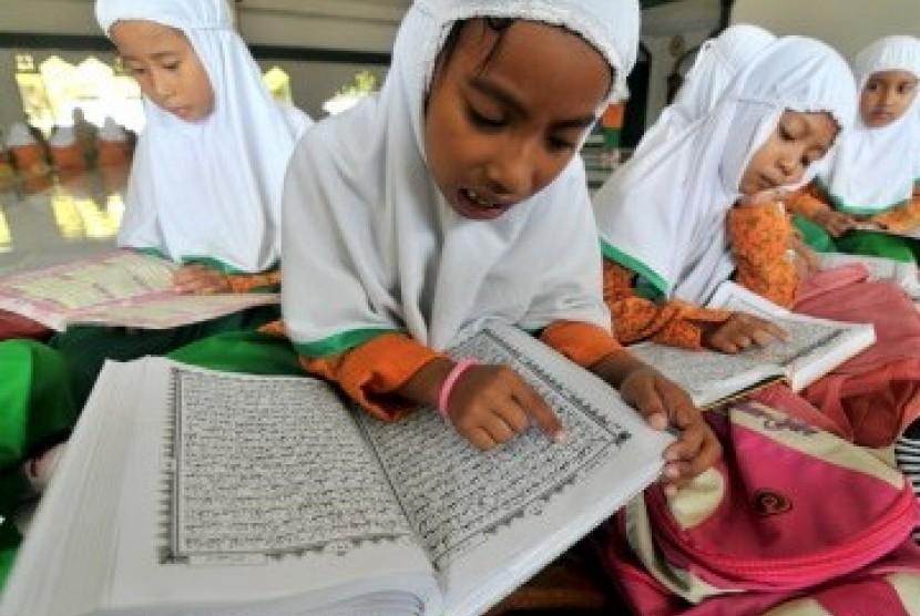 Sejumlah siswi membaca kitab suci Alquran saat mengikuti pesantren kilat di Kendari, Sultra, Kamis (4/8). Kegiatan pesantren kilat biasanya diadakan tiap tahun oleh sekolah-sekolah untuk mengisi hari libur saat bulan Ramadhan.