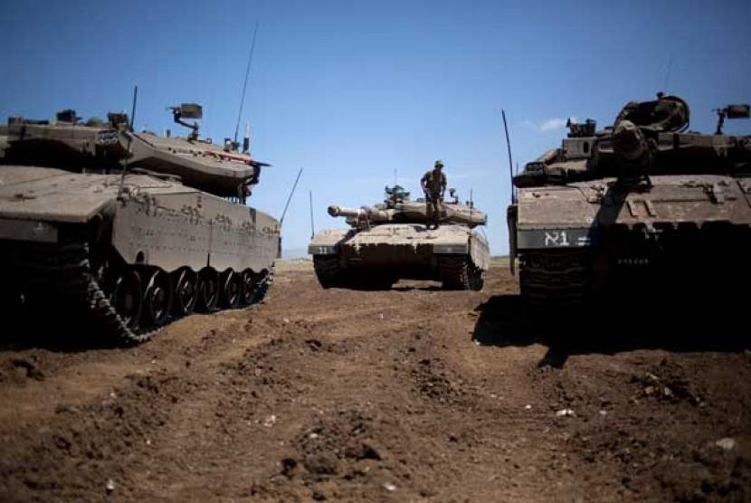 Sejumlah tank Israel bersiaga di kawasan Dataran Tinggi Golan yang diduduki Israel, dekat perbatasan dengan Suriah, Rabu (22/5).