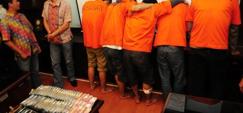 Sejumlah tersangka dan barang bukti perampokan ditunjukkan Kepolisian Daerah (Polda) Metro Jaya kepada wartawan di Mapolda Metro Jaya, Semanggi, Jakarta Selatan, Jum'at (2/3). (Republika/Aditya Pradana Putra)