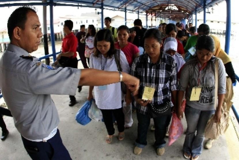 Sejumlah TKI ilegal yang dideportasi dari Malaysia (ilustrasi).