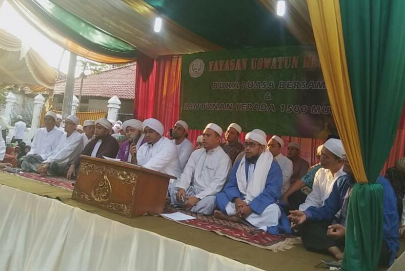 Sejumlah tokoh menghadiri pemberian santunan kepada keluarga binaan Panti Asuhan Uswatun Hasanah di Jalan Cendrawasih Raya, Cengkareng, Jakarta Barat, Ahad (18/6).