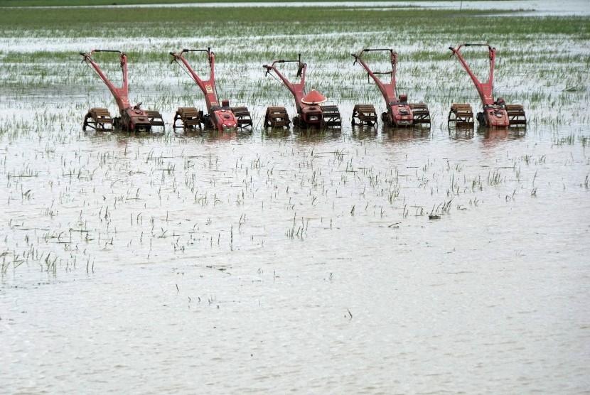Sejumlah traktor tidak bisa difungsikan akibat terendam air yang menggenangi lahan persawahan, di wilayah Maos, Cilacap, Jateng, Sabtu (7/10).
