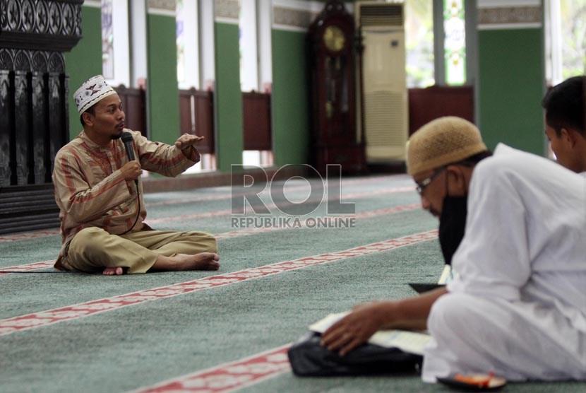 Sejumlah umat Muslim belajar tahsin Alquran, di Masjid Agung Al Azhar, Jakarta Selatan, Rabu (10/7).   (Republika/Adhi Wicaksono)