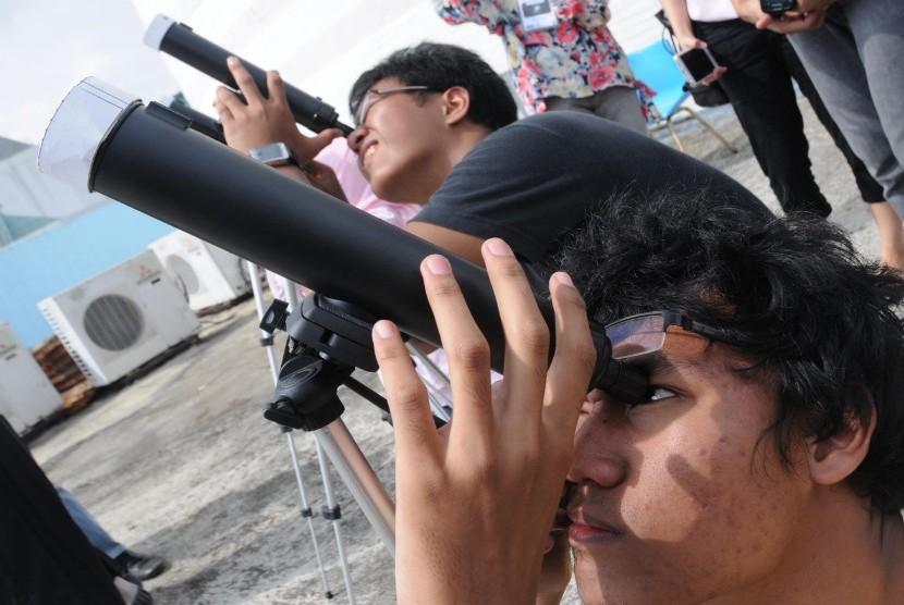 Sejumlah warga dan penggiat astronomi amatir mengamati fenomena alam transit planet Venus di Planetarium, Taman Ismail Marzuki, Jakarta, Rabu (6/6). (Aditya Pradana Putra/Republika)