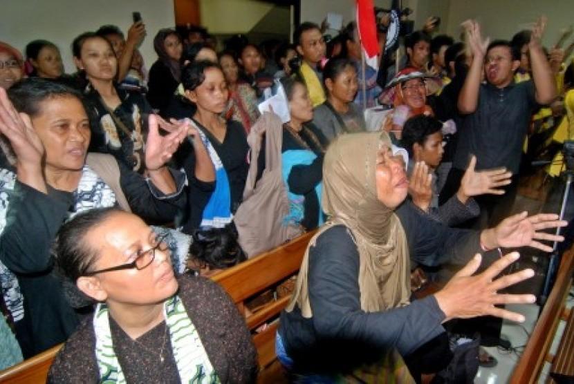 Sejumlah warga kawasan lereng Pegunungan Kendeng, Kabupaten Pati, bersuka cita menyambut putusan hakim dalam sidang tentang gugatan pembangunan pabrik semen yang dilayangkan warga kepada Bupati Pati dan PT. Sahabat Mulia Sakti (SMS) di Pengadilan Tata Usah