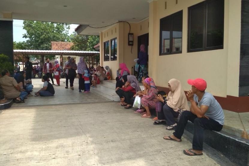 Sejumlah warga Kecamatan Babelan Kabupaten Bekasi, Kamis (9/11) ini mulai mendatangi kantor kecamatan untuk antre mengambil E-KTP. Mereka datang kembali, setelah semalam mengantre nomor antrean sejak pukul 00.00 dini hari tadi.