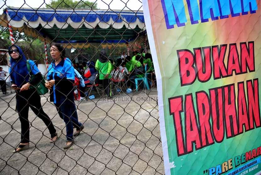 Sejumlah warga kelurahan Pejaten Barat, Jakarta Selatan mengikuti sosialisasi saat dilakukannya penilaian lomba kampung bebas narkoba di kawasan RT 02 RW 07 Pejaten Barat, Jumat (18/10).  (Republika/Prayogi)