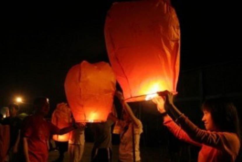 Sejumlah warga keturunan Tionghoa menerbangkan lentera. (Ilustrasi)