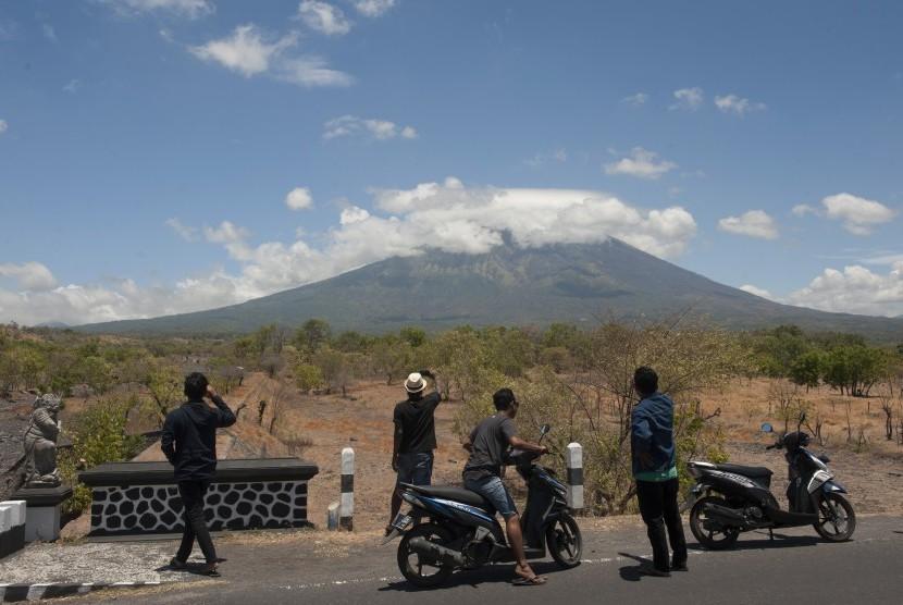 Sejumlah warga melihat Gunung Agung dari Desa Batu Niti yang berjarak sekitar 12 kilometer dari gunung berstatus awas itu, Karangasem, Bali, Senin (25/9).