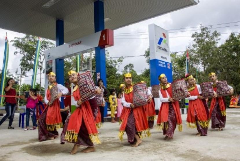 Sejumlah warga menari dalam acara peresmian SPBU dalam program BBM satu harga di Desa Onolimbu, Nias Barat, Sabtu (2/12). PT Pertamina mewujudkan pemberlakuan BBM satu harga pada daerah 3T (Terdepan, Terluar dan Terpencil) di SPBU Kompak di Desa Onolimbu dengan penerapan harga Premium Rp6.450 dan Solar Rp 5.150 per liter.