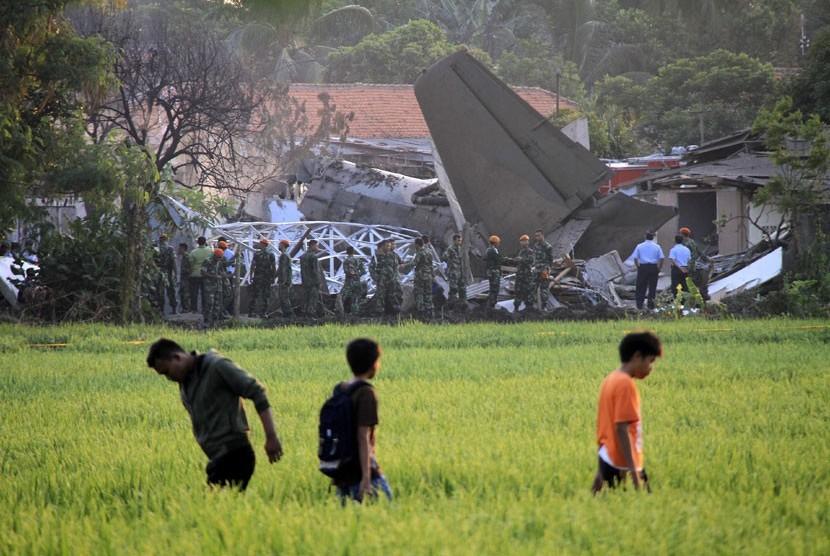Sejumlah Petugas mengamankan bangkai pesawat Fokker 27 yang jatuh di komplek Rajawali, Lapangan Udara Halim Perdana Kusuma, Jakarta, Kamis (21/6).  (Adhi Wicaksono/Republika)