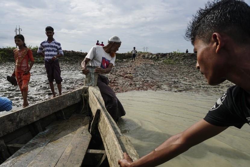 Sejumlah warga muslim Rohingya bersiap menaiki sampan saat meninggalkan Thandawli, kamp pengungsian internal Sittwe, negara bagian Rakhine, Myanmar, Sabtu (2/9).