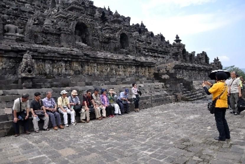 Sejumlah wisatawan asal Jepang duduk di lantai satu Candi Borobudur, Magelang, Jateng