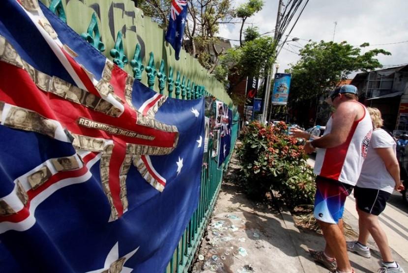 Sejumlah wisatawan asing meletakan bunga di Monumen Bom Bali, Legian, Kuta, Bali, Jumat (12/10). Sejumlah korban selamat dan keluarga korban tragedi bom bali melakukan peringatan 10 tahun terjadinya tragedi yang menewaskan 202 orang, dari Indonesia dan ber