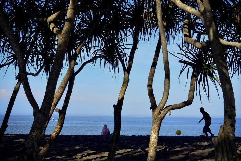 Sejumlah wisatawan berada di Pantai Meninting, Kecamatan Batulayar, Lombok Barat, NTB. (ilustrasi)