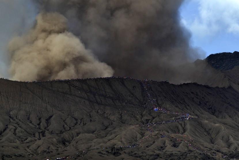 Sejumlah wisatawan dan masyarakat suku Tengger menuju kawah Gunung Bromo pada Upacara Yadnya Kasada, Probolinggo, Jawa Timur, Kamis (21/7).