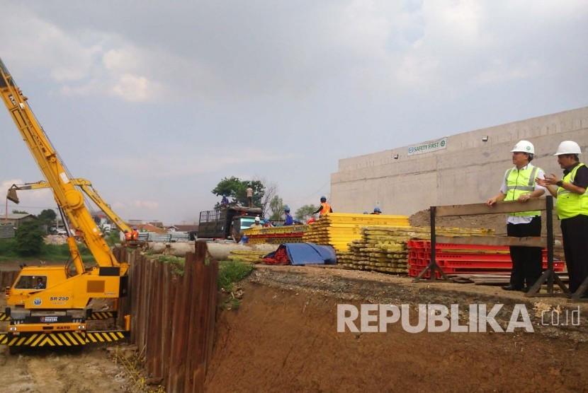 Sekda Jabar Iwa Karniwa melakukan kunjungan ke pembangunan Tol Soroja (Soreang-Pasir Koja), Rabu (27/7). (Republika/Ari Lukihardianti)