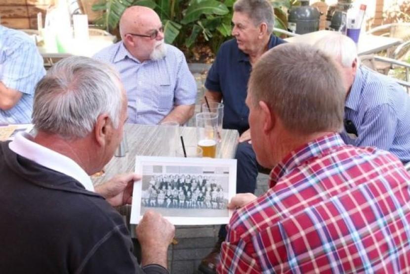 Sekelompok teman masa kecil bertemu kembali di sebuah pub di Perth setelah berhubungan lewat Facebook.