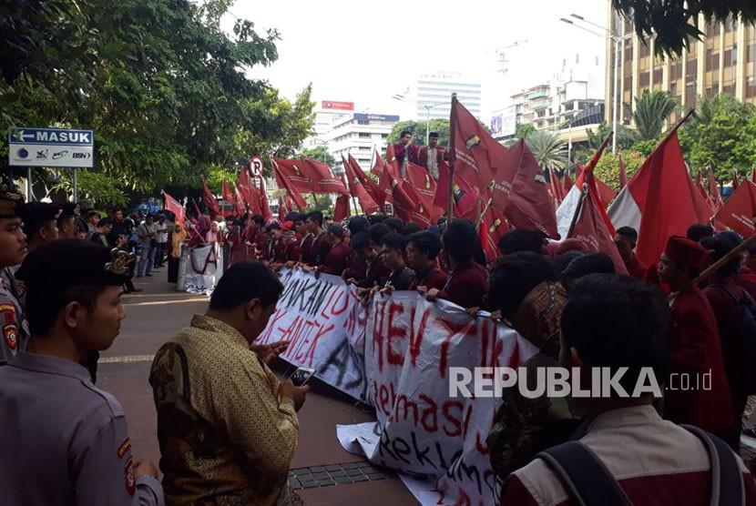 Aksi mahasiswa Ikatan Mahasiswa Muhammadiyah (IMM) menolak reklamasi di depan Kantor Menko Kemaritiman, Jakarta, Jumat (10/11).
