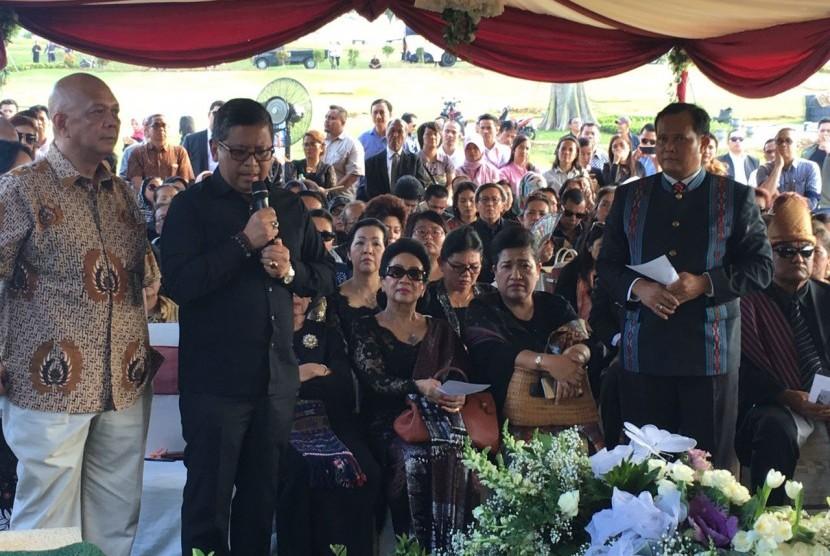 Sekjen DPP PDI Perjuangan Hasto Kristiyanto, seusai mengantar jenzah AP Batubara, di Pemakaman San Diego Hills, Karawang,, Senin (2/10) sore.