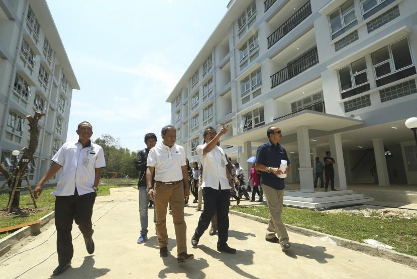 Sekjen Inasgoc Eris Herryanto (kanan) didampingi Deputy I bidang Operasional Games INASGOC Raja Parlindungan Pane (kedua kiri) beserta anggota berbincang dengan pihak kontraktor saat meninjau pembangunan Rusunawa Wisma Atlet di Jakabaring Sport City (JSC) Palembang, Sumatera Selatan, Rabu (13/9).