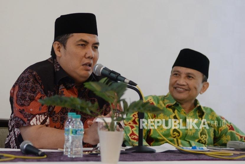 Sekjen PBNU Helmy Faishal Zaini (kiri), bersama Ketua LP Maarif NU Pusat Arifin Junaidi memberikan keterangan kepada wartawan (Ilustrasi)