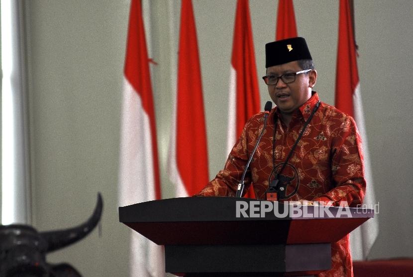 Sekjen PDI Perjuangan Hasto Kristiyanto memberikan sambutan saat acara kursus politik Pancasila di kantor PDIP, Jalan Diponegoro, Jakarta, Ahad (24/9).