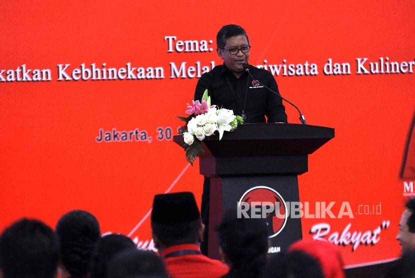 Sekjen PDI Perjuangan Hasto Kristiyanto memberikan sambutan saat Rapat Koodinasi Bidang Pariwisata Tingkat Nasional di Kantor DPP PDI Perjuangan, Jalan Diponegoro, Jakarta, Sabtu (30/9).