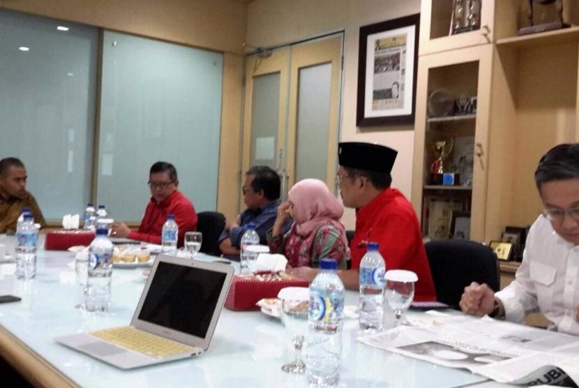 Sekjen PDIP Hasto Kristiyanto beserta pengurus PDIP lainnya diterima Pimpinan Redaksi Republika, Irfan Junaidi saat berkunjung ke Kantor Harian Umum Republika, Jakarta, Senin (8/1).