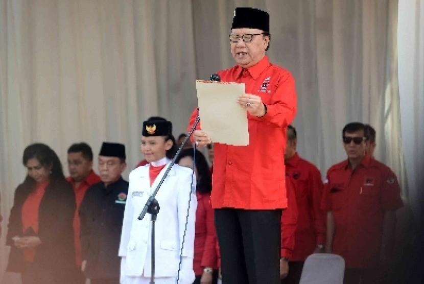 Sekjen PDIP Tjahjo Kumolo membacakan Naskan Proklamasi di upacara HUT Ke-69 RI di kantor DPP PDI Perjuangan, Lenteng Agung, Ahad (17/8).