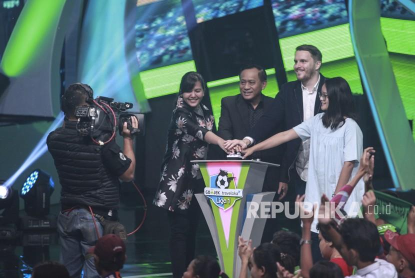 Sekjen PSSI Ratu Tisha Destria (kiri) bersama Direktur Utama Indosiar Imam Sudjarwo (kedua kiri), Chief Marketing Officer GO-JEK Piotr Jakubowski (ketiga kiri), Perwakilan Bukalapak Sherly (kanan) menekan tombol sebagai tanda dimulainya Kompetisi Sepak Bola GO-JEK Traveloka Liga 1 2018 di Jakarta, Senin (19/3).