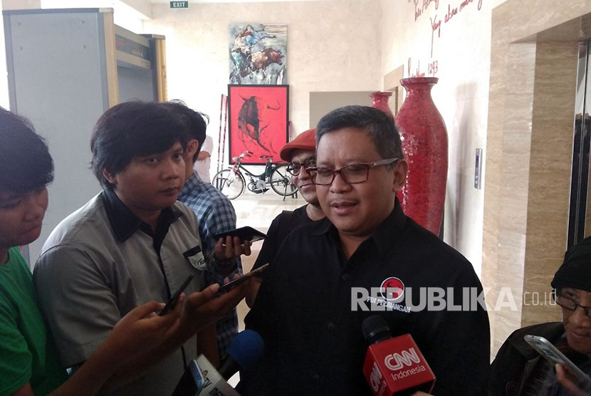 Sekjend PDIP, Hasto Kristiyanto memberikan keterangan terkait kedatangan Ridwan Kamil ke DPP PDIP, Menteng, Jakarta, Rabu (3/12).