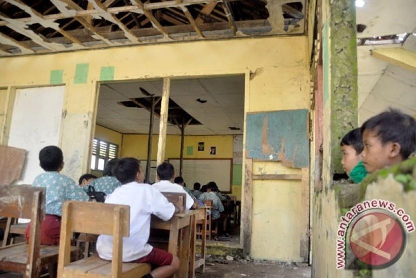 Puluhan Siswa SD Trenggalek Gunakan Kelas Darurat