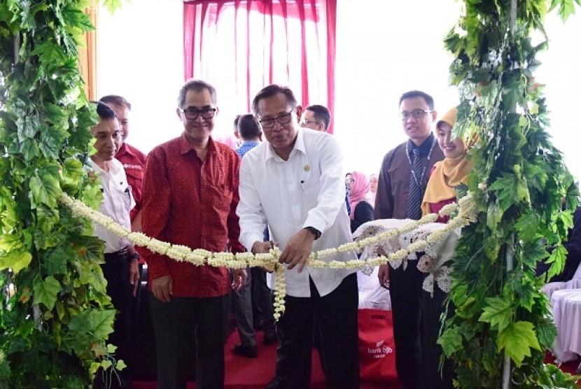 Sekretaris Daerah Kabupaten Subang Abdurrahman meresmikan pembukaan Kantor Cabang Pembantu (KCP) BJB Syariah di Jalan Otto Iskandardinata Nomor 25, Kabupaten Subang, Jawa Barat, Rabu (19/4).