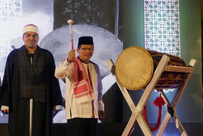 Sekretaris Daerah Pemerintah Provinsi NTB, Rosiady Sayuti bersama Syekh Ezzat El Sayyed Rashid dari Mesir membuka Pesona Khazanah Ramadhan 2018 di Kompleks Islamic Center Nusa Tenggara Barat (NTB), Kota Mataram, Provinsi NTB, Kamis malam (17/5).