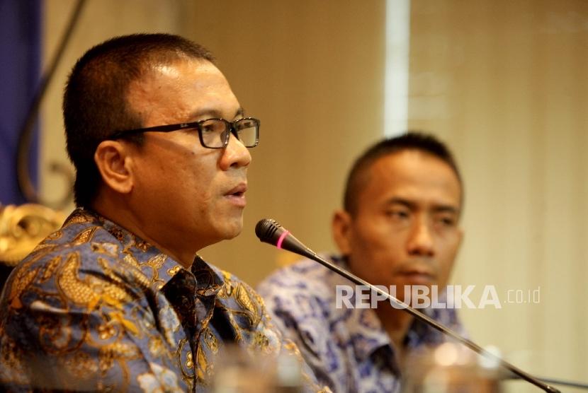 Sekretaris Jenderal fraksi PAN Yandri Susanto (kiri) didampingi Wakil Sekjen PAN Soni Sumarsono (kanan) aat memberikan keterangan pers di ruang fraksi PAN, Kompleks Parlemen, Senayan, Jakarta, Jumat (18/8).