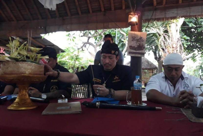 Sekretaris Jenderal Laskar Bali, I Ketut Ismaya melakukan 'Ngaturang Pejati' atau mempersembahkan Banten Pejati kepada dewa-dewa demi menunjukkan kejujuran dan kebenaran atas segala ucapannya terkait peristiwa yang menimpa Ustaz Abdul Somad di Bali beberapa waktu lalu.