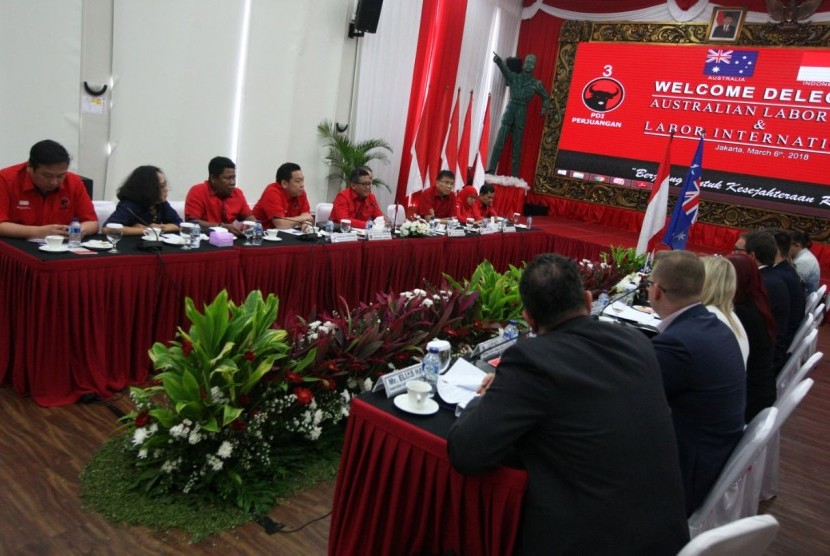 Sekretaris Jenderal (Sekjen) DPP PDI Perjuangan Hasto Kristiyanto dan jajaran DPP secara khusus menerima sepuluh perwakilan Partai Buruh Australia (Australian Labor Party/ALP) dalam kunjungannya ke kantor PDI Perjuangan di Jalan Diponegoro, Menteng, Jakarta Pusat.