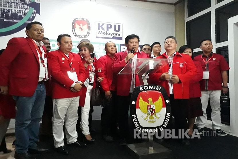 Sekretaris Jenderal (Sekjen) PKPI Imam Anshori Salehsaat konferensi pers usai mendaftar di KPU, Menteng, Jakarta Pusat, Senin (16/10). PKPI menjadi parpol ke-20 yang mendaftar sebagai calon peserta Pemilu 2019.