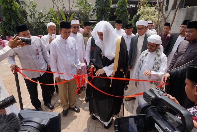 Sekretaris Jenderal (Sekjen) Rabithah Al Alam Al Islami (Liga Islam Dunia), Dr. Muhammad bin Abdulkarim Al 'lsa meresmikan Markaz I'dad Muallimi Alquran Al-karim Wal Ijazah bi Sanad (Ilustrasi)
