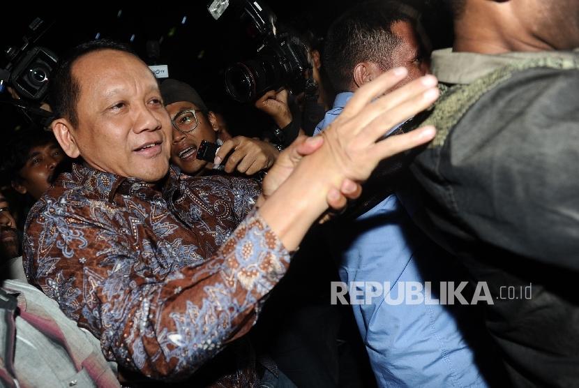 Sekretaris Mahkamah Agung (MA) Nurhadi (kiri) berjalan menuju kendaraannya usai menjalani pemeriksaan selama sepuluh jam di Gedung KPK, Jakarta, Jumat (3/6). (Republika/Raisan Al Farisi)