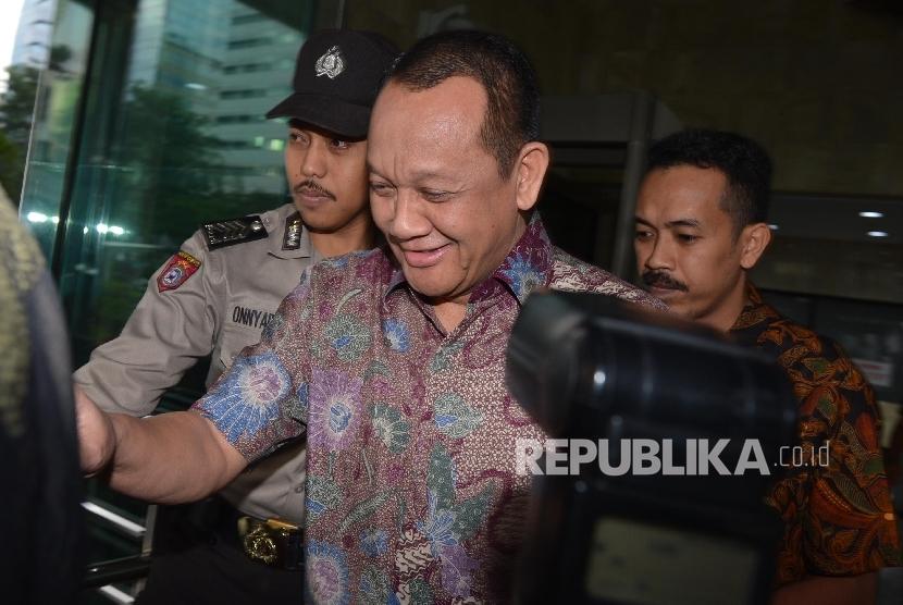 Sekretaris Mahkamah Agung (MA) Nurhadi (tengah) berjalan menuju kendaraannya usai menjalani pemeriksaan di Gedung KPK, Jakarta, Rabu (15/6). (Republika/Raisan Al Farisi)