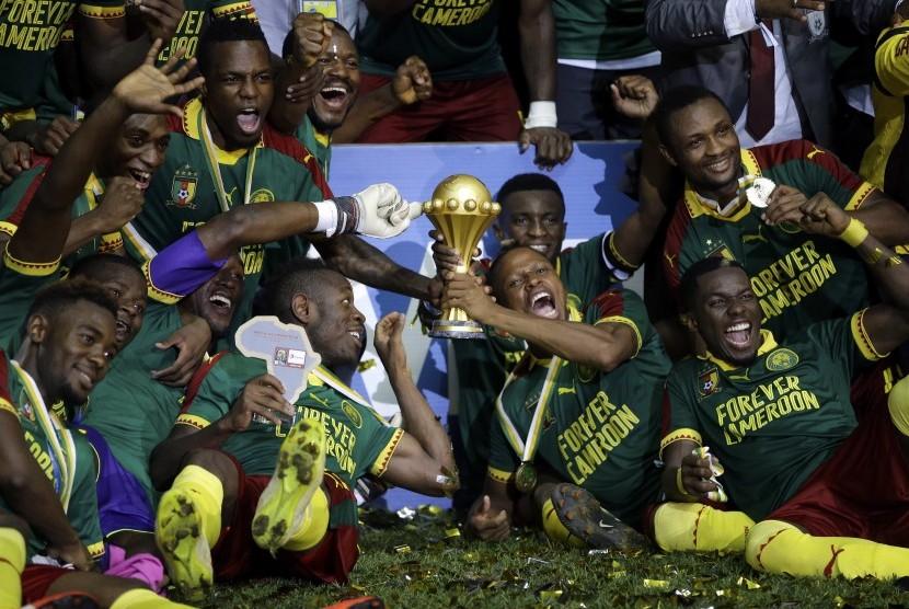 Selebrasi pemain Kamerun usai memenangkan Piala Afrika di laga puncak melawan Mesir di Stade de l'Amitie, Libreville, Gabon, Minggu (5/2). Kamerun menang 2-1.