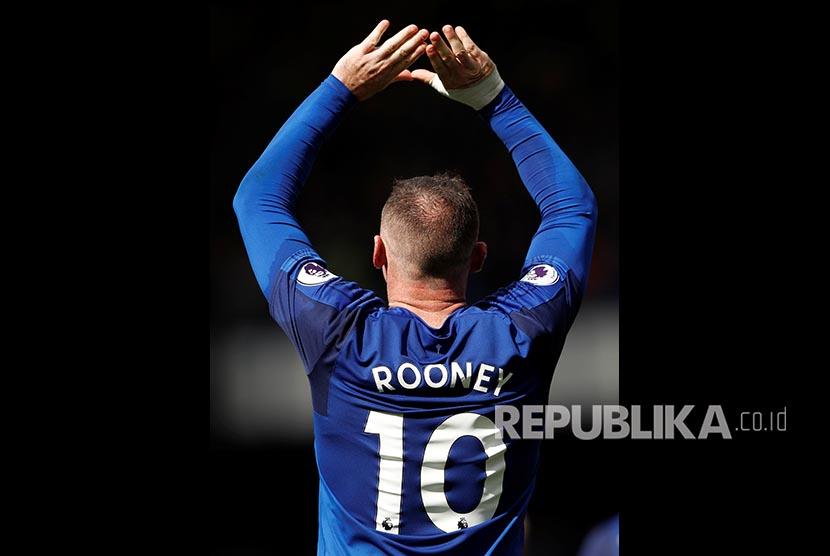 Selebrasi striker Everton Wayne Rooney saat mencetak gol ke gawang Stoke City pada pertandingan Liga Primer Inggris di London, Sabtu (12/8).