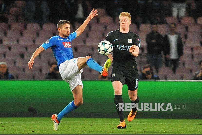 Pemain Napoli Jorginho (kiri) berebut bola dengan pemain Manchester City Kevin De Bruyne (kanan).